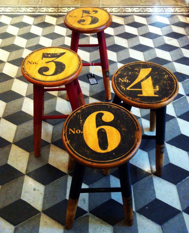 #TABURETE #vintage ilustrado. Alto: 48 cm. Ancho asiento: 25 cm. Ancho patas: 29…