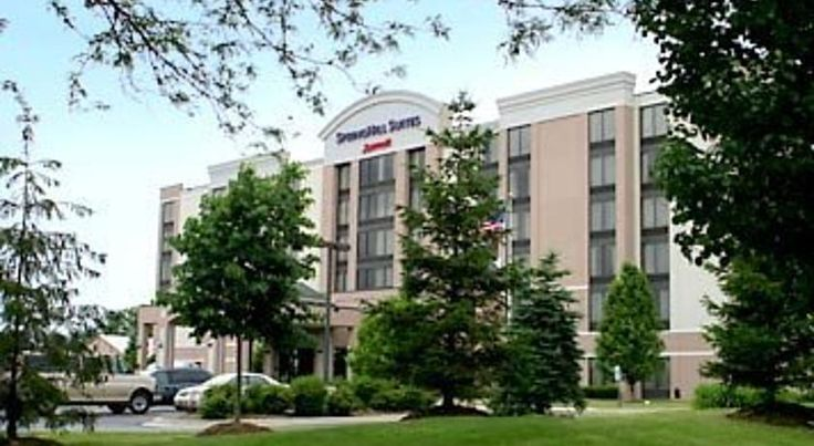 SpringHill Suites by Marriott Chicago SW Burr Ridge/Hinsdale Burr Ridge This Burr Ridge, Illinois hotel is a 25-minute drive to Chicago. This hotel offers free Wi-Fi in every non-smoking suite.  SpringHill Suites Chicago offers a daily breakfast buffet and coffee in the lobby.