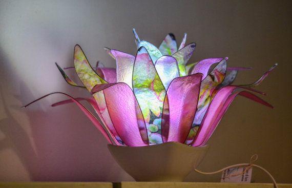 Ispirata al fiore dellanemone, questa emozionante lampada crea un angolo suggestivo di pace e tranquillita nella tua abitazione. Il fiore e composto da 32 petali, 16 in diverse sfumature di rosa e 16 foglie sono state create utilizzando delle foto di Pier Balen. La lampada e montata su un supporto di ceramica. Le foglie che compongono il fiore sono in resina, la carta è trattata con un procedimento che le rende semitrasparenti e resistenti. La lampada si puo pulire con uno straccetto umido…