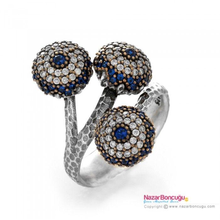 Üçlü Nazar Boncuklu Gümüş Yüzük - Nazar boncuklu yüzükler arasında, 925 ayar okside gümüş üzerine, mavi safir ve şeffaf kübik zirkon taşlarla bezeli üç adet nazar boncuğu ile, zarif bir tasarım. Nazar Boncuğu Resimleri