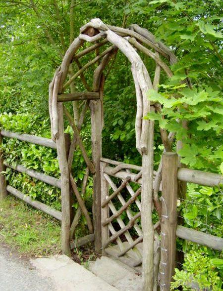 Rustik pergolabåge av grova grenar