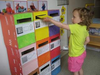 Laat de kleuters briefjes schrijven, tekenen, knippen, plakken voor elkaar. En daarna uiteraard posten!