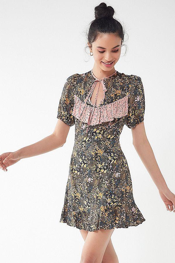 3a7fee6b2a87 Slide View  4  UO Sinclair Floral Puff Sleeve Mini Dress