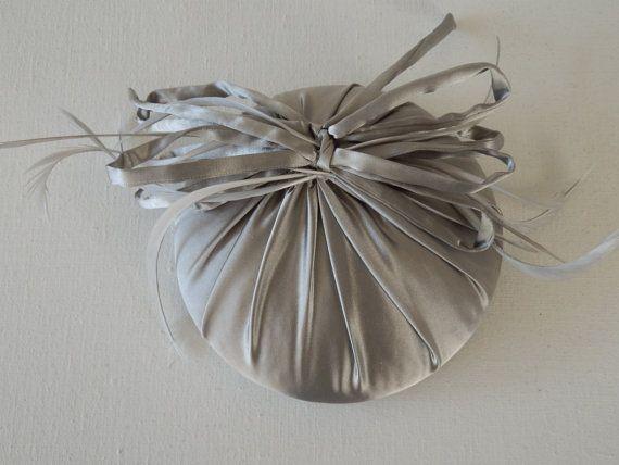 Par la duchesse de Cambridge inspiré minihat argent avec des plumes sur un peigne. C'est entièrement à la main par mes soins, donc je peux faire cela dans tous les thinkeble de couleur que vous aimez. Nous pouvons communiquer avec des couleurs ral ou échantillons. Vous pouvez