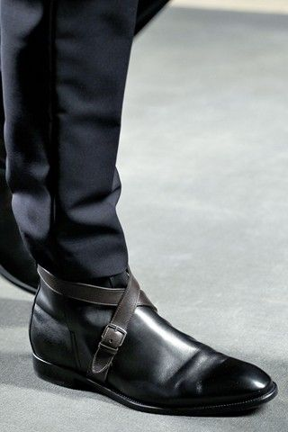 Love the detailed strap around.....