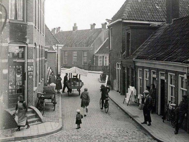 De Grote Rozenstraat in 1931 bij de hoek met de Noorderbinnensingel, achter rechts hoek Violetsteeg...( De Violetsteeg liep achter de Noorderbinnensingel tussen de Grote Leliestraat en de Grote Rozenstraat.) - Foto's SERC