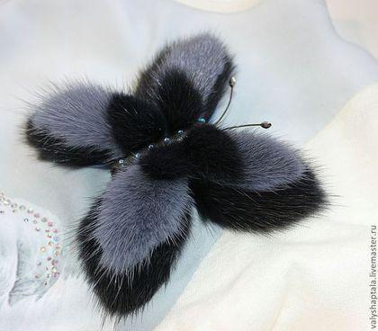 Купить или заказать брошь- зажим 'Даже бабочки зимой предпочитают меха' в интернет-магазине на Ярмарке Мастеров. Брошь- зажим в виде бабочки из меха норки , натуральной кожи согреет вас холодной зимой, поднимет настроение вам и вашим окружающим.С изнанки крылышки бабочки защищены и укреплены натуральной кожей.Брошь с фото продана, повторю на заказ.