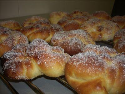 Aquí os presento los enrollados azucarados, esta es una receta de masas muy buena, quedan unos bollos muy tiernos, blanditos y con un delicioso sabor a mantequilla. La receta es de Atina , una fore…