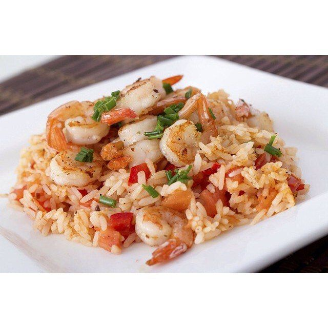 Креветки с рисом  Ингредиенты:  Сырые очищенные креветки — 500 г  Кукурузный крахмал — 1 ч. л. Соль — 0, 35 ч. л.  Молотый черный перец — 0, 25 ч. л. Рапсовое или любое растительное масло — 3 ст. л. Яйца, взбитые — 4 шт.  Лук зеленый, мелко нарезанный — 0, 25 чашки  Вареный рис — 5 чашек Замороженная смесь из моркови и горошка, разморозить и слить жидкость — 0, 5 чашки Соевый соус — 3 ст. л. Кунжутное масло — 0, 5 ч. л.  Приготовление:  1. В средней миске смешайте креветки, кукурузный…