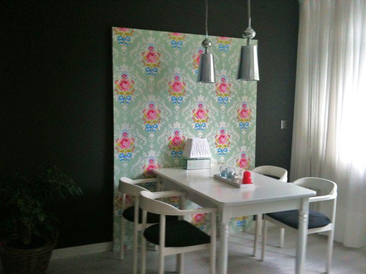 Zelfgemaakt bord voorzien aan beide kanten van een ander behang, zodat deze ook omgedraaid gebruikt kan worden in een ander dessin tijdens een etentje.