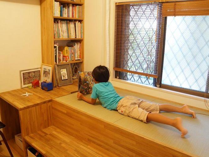 一畳だけの小上がり。登るための段はベンチに。ソファやセカンドベッド感覚で使えますね。昼寝コーナー決定!一畳サイズ・収納ベンチ付き・本棚付きで35万円で造作。