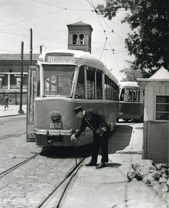 1972. Un guardaagujas activa un cambio de vías ante el paso de un tranvía PCC