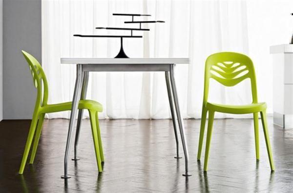 Яркие кухонные стулья в дизайне столовой