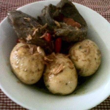 """Untuk orang Indonesia kini sudah jarang mengenal menu yang satu ini yaitu KICIK DAGING DAN TELUR, memang sangat jarang orang tau, bahkan mengerti ada kuliner jawa yang hampir mirip dengan semur namun agak sedikit pedas karena campuran rawit merah utuhnya tetapi tidak berkuah."" --Evi Khalisa. Lihat selengkapnya di http://dapurmasak.com/resep/6513-resep-kicik-sengkel-telur-1"