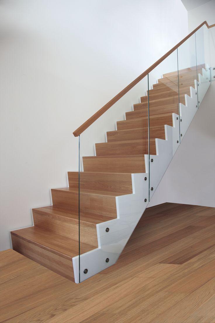 Trappa Zäta 1. Steg i klarlackad ek & vitmålad vang.  #trappa #design #snickarlaget #ek #oak #stair #glass #glas #railing