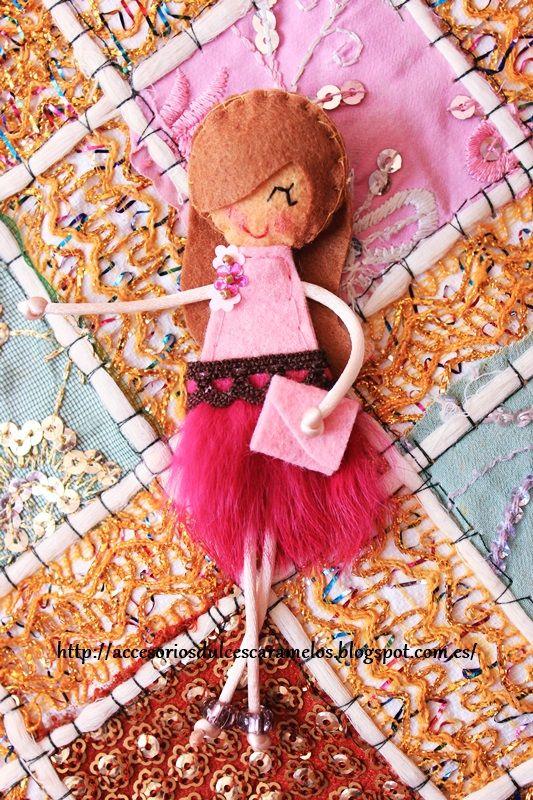 http://accesoriosdulcescaramelos.blogspot.com.es/2014/04/munecas-de-fieltro-falda-de-plumas.html Dolls Felt Pink, Muñeca de fieltro Rosa