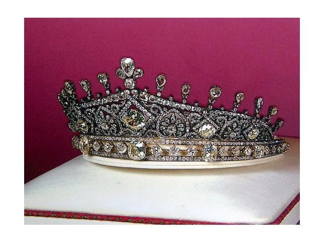 Iranian tiara ( from the Tehran Jewel Museum). This tiara is made of platinum and diamonds, circa 1938.