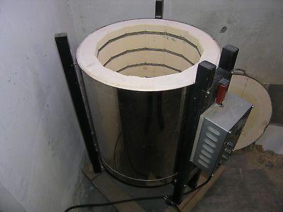 Brennofen - Töpferofen Hamburg Marke: Kittel Ofenbau GmbH Abmessungen ca: Innen:  Höhe: 50 cm, Durchmesser: 38 cm Außen: Höhe: 88 cm, Durchmesser: 52 cm     Höhe incl. Standfuß mit Rollen 94 cm  Maße des Standfußes: 60 x 60 cm  TypCB-60 Volt220 Ampère16 KW/h3,3 Temp. max.1.200 Grad Ofennr.81321220 Baujahrunbekannt  inklusive Zubehör:   6 Ofenplatten bzw. -böden 32 cm ∅ 28 Ofenstützen (Abstandshalter) ca. 10 Dreifüße groß ca. 10 Dreifüße klein