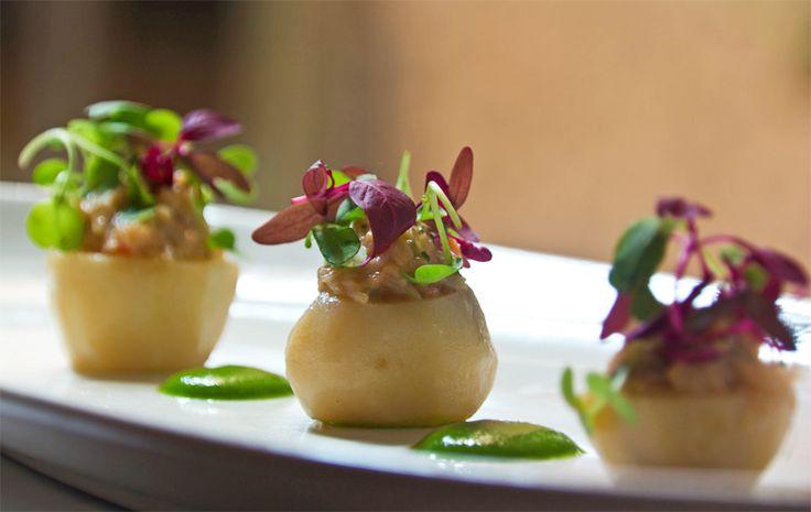 Óscar Velasco - Ensalada de patatas confitadas rellenas de buey de mar con berros