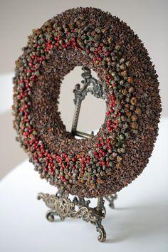 Dieser Kranz geschmückt mit Cypres Obst und Briar Beeren. Außendurchmesser 40 cm (16) Innendurchmesser 16 cm (6) Dicke 5cm (2) Dieser einfache, aber Blickfang - Kranz eine tolle Deko für Ihr Haus das ganze Jahr ist. Weil es einfach ist, können Sie jederzeit selbst dekoriert mit Zapfen, Weihnachtsschmuck oder alles, was Sie wollen