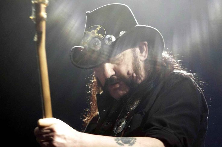 «Il n'y a pas de manière de le dire... Notre Puissant et noble ami Lemmy est décédé aujourd'hui après une courte bataille contre un cancer très agressif.» C'est par cette phrase que débute le communiqué du groupe Motörhead pour annoncer le décès du grand Lemmy Kilmister à l'âge de 70 ans.Réalisation: Charlotte Gonthier
