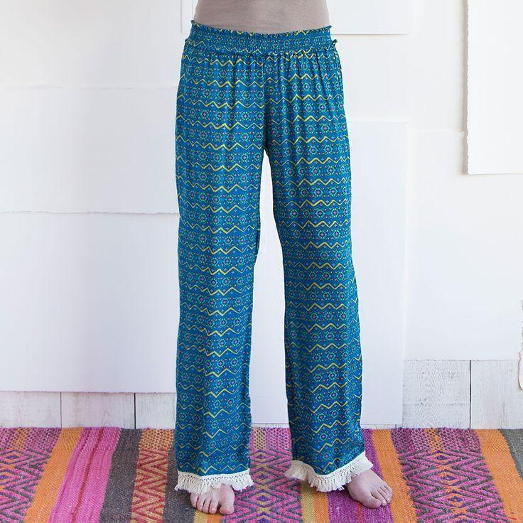 Die perfekten lounge pants in der langen Version für den Strand, das Wochenende oder wann immer man so richtig Zeit zum relaxen hat. Ein Gummizug macht die Hose komfortabel in der Taile, 100 % Baumwolle sorgen für ein tolles Tragegefühl. Hippiestyle von Natural Life, der Kultmarke aus den Staaten. By NOI home & fashion, Hamburg. #hobo #hippiestyle #lounge #pants #relax #beachwear #yoga #couchpotato #naturallifelaugh #naturallifedeutschland #NOIhamburg #NOI