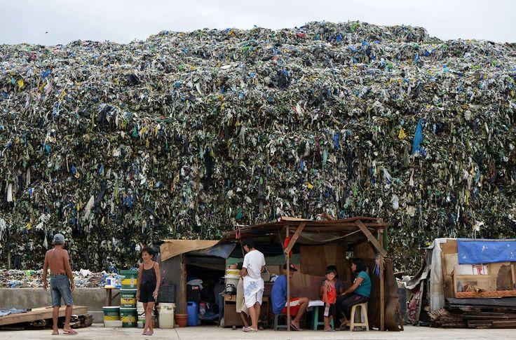 El uso del plástico es casi una segunda naturaleza para la gente de Filipinas, que adopta rápidamente los hábitos de la sociedad consumista del primer mundo, mientras crecen las pilas de basura en esta capital.Un grupo local de activistas busca corregir este hábito perjudicial para el medio ambiente.