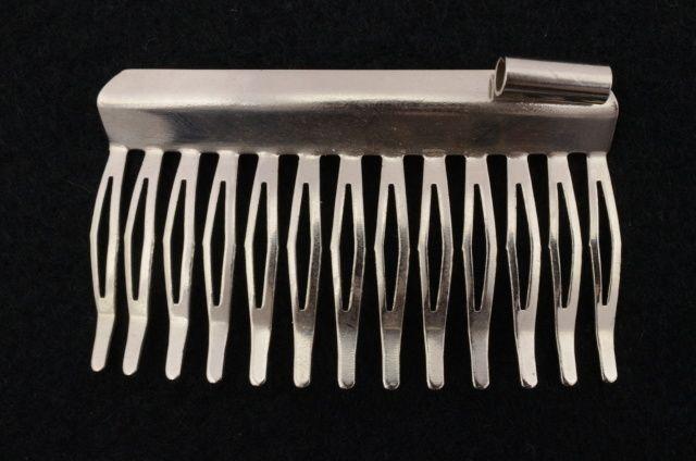647748 2003301 - Kovový hřebínek s dutinkou - délka 5,3cm