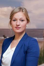 Portretfoto zakenvrouw met een fris behang voor meer dynamiek (kleur, scherp)