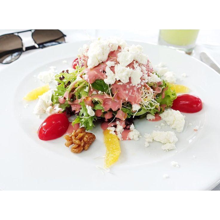Delícia do dia ! Salada de folhas com queijo de cabra  gomos de laranja e nozes caramelizadas ao vinagrete de framboesa  #karinabacchi #karinaindica by karinabacchi
