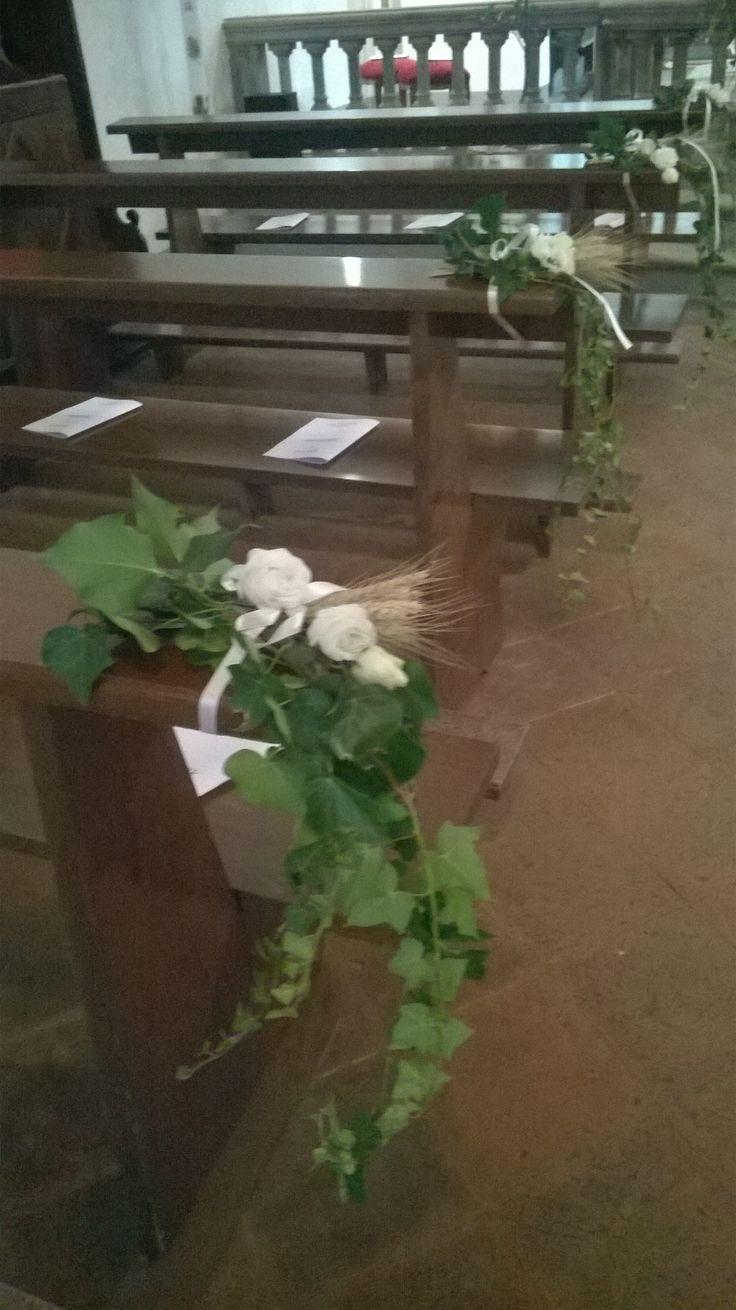 matrimonio: decorazione per panche con edera e rose