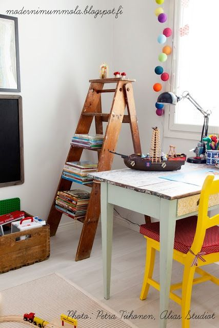 Oryginalny i niebanalny, do tego jaki funkcjonalny mebel w postaci drabiny. Służyć może jako półka, jako wieszak na ubrania, a także jako przyrząd do gimnastyki dla energicznych i ciągle się udzących dzieciaków.