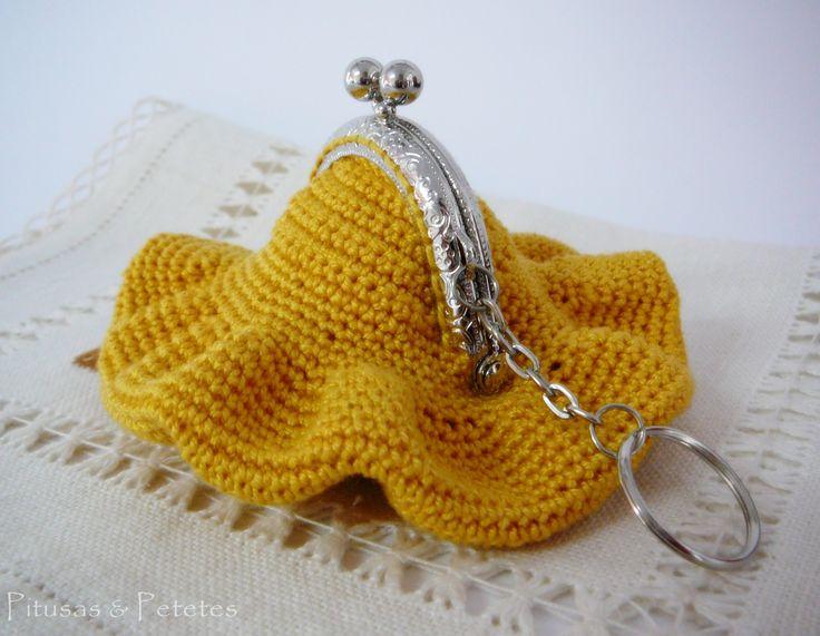 Divertido monedero  de crochet disponible en http://pitusasypetetes.blogspot.com Bag // Crochet coin purse
