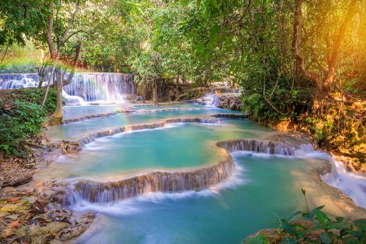 Les chutes de Kuang Si au Laos. Situées dans un parc, ces chutes d'eau se caractèrise par les nombreux bassins qui se succèdent et dans lesquels il est possible de se baigner (à l'exception d'un seul qui est considéré comme sacré). A environ 30 kilomètres de la capitale laotienne, ce site est un haut lieu du tourisme local.
