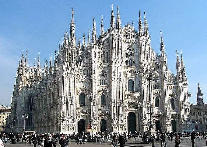 Der Mailänder Dom ist eines der berühmtesten Bauwerke Italiens. Nach dem Petersdom im Vatikan und der Kathedrale von Sevilla ist er die drittgrößte Kirche der Welt.