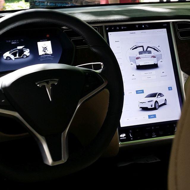 W Tesli X. Zobacz minireportaż foto ze Zlotu samochodów hybrydowych i elektrycznych (28.05.17) - https://www.facebook.com/leszek.korolkiewicz/posts/1539435529413634  #Tesla #electric_car #interior #control_panel #auto #samochód_elektryczny #zlot #reporta