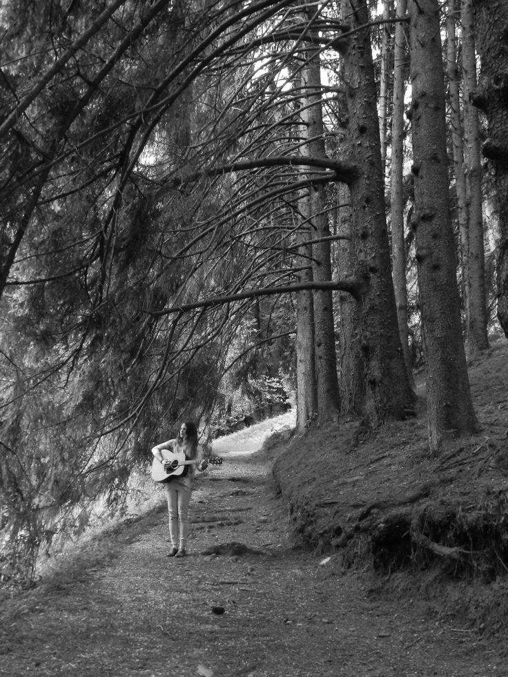 Linda mentre suona in mezzo alla natura.
