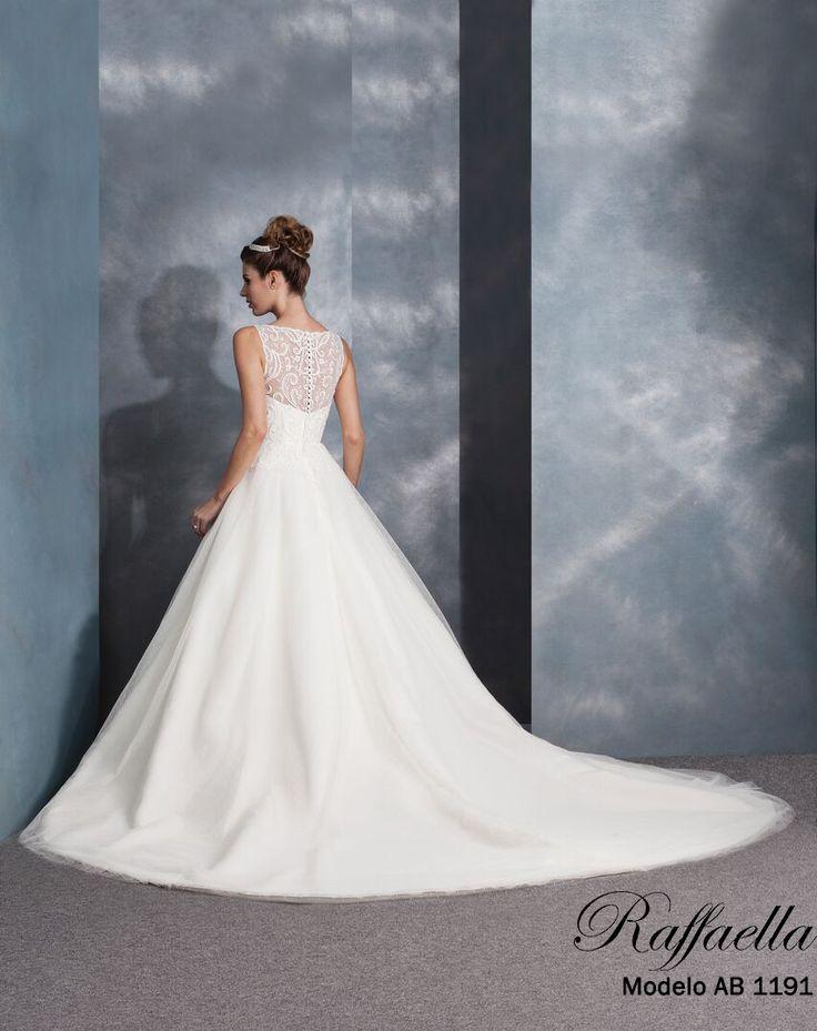 Raffaella Novias AB 1191  Moderno y femenino vestido de novia característico por su corte princesa y una deslumbrante transparencia en la espada, combinado con una línea de botones que resalta la elegancia de toda novia. <3 #Sencillez #Romance #RaffaellaNovias
