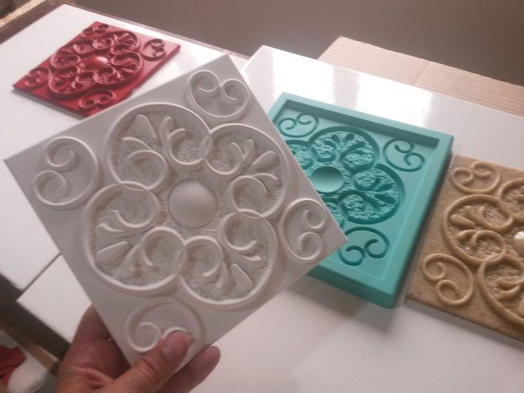 Placa em gesso feita com forma de silicone da Decorativas. Saiba como ganhar dinheiro fabricando estas placas no link abaixo. http://www.decorativas.net/seja-parceiro