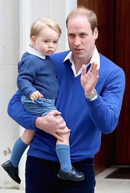 El primogénito de los Duques de Cambridge acudió al bautizo de su hermana, la princesa Charlotte, vestido de manera idéntica a como fue su padre a visitar a su hermano Harry recién nacido en septiembre de 1984