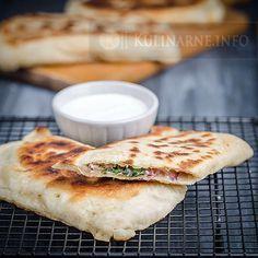 Niesamowita przekąska, stanowi wspaniałe danie rodem z Turcji. Gozleme to tradycyjny chlebek z nadzieniem.  Składniki (6 sztuk)   Ciasto  300 g mąki pszennej 90 ml ciepłej wody szczypta soli 10 g świeżych drożdży 1 łyżka oliwy  Farsz  100 g sera feta 100 g liści szpinaku 5 listków mięty 1 czerwona cebula 2 ząbki czosnku pieprz    Wykonanie Drożdże rozpuszczamy z łyżką mąki w kilku łyżkach ciepłej wody. Odstawiamy w ciepłe miejsce i czekamy, aż zaczną pracować. Następnie dosypujemy pozostałą…