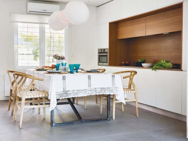 Кухня расположена в нише и не привлекает к себе лишнего внимания в общем жилом пространстве.  (архитектура,дизайн,экстерьер,интерьер,дизайн интерьера,мебель,минимализм,кухня,дизайн кухни,интерьер кухни,кухонная мебель,мебель для кухни,столовая,дизайн столовой,интерьер столовой,мебель для столовой,современный,индустриальный,лофт,винтаж,стиль лофт,индустриальный стиль,средиземноморский,средиземноморский интерьер,средиземноморский дом,средиземноморский стиль) .