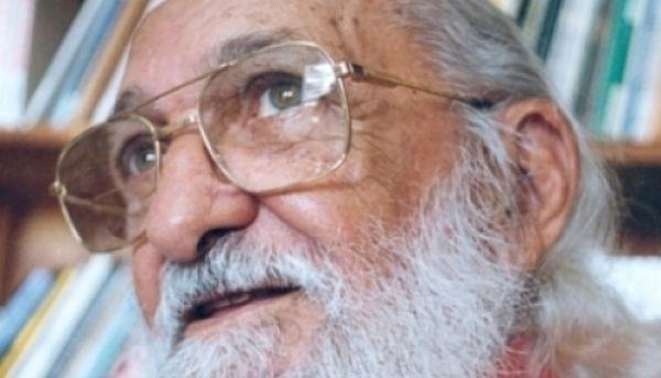 Introdução O livro A Importância do Ato de Ler, de Paulo Freire, relata os aspectos da biblioteca popular e a relação com a alfabetização de...