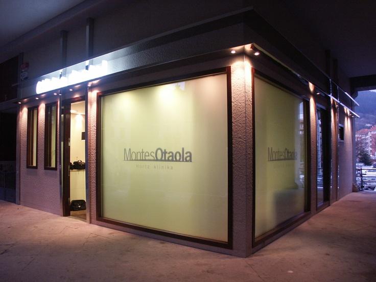 M s de 25 ideas incre bles sobre fachadas de clinicas en for Muebles llodio