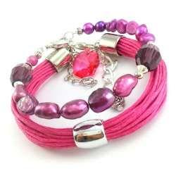 Zestaw różowo fioletowych bransoletek z perła słodkowodną i sznurkami.