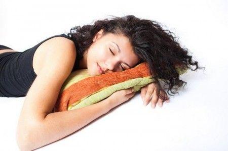 3-gestes-innocents-qui-nuisent-a-votre-sante-dormir-surventre.  .  Dormir sur le ventre peut être déconseillé chez certaines personnes souffrant de pathologies telle la hernie hiatale avec reflux gastro-oesophagien. De manière générale, cette position peut favoriser les torticolis et les problèmes de dos car elle entraine une pression sur les muscles et peut « irriter » les nerfs.
