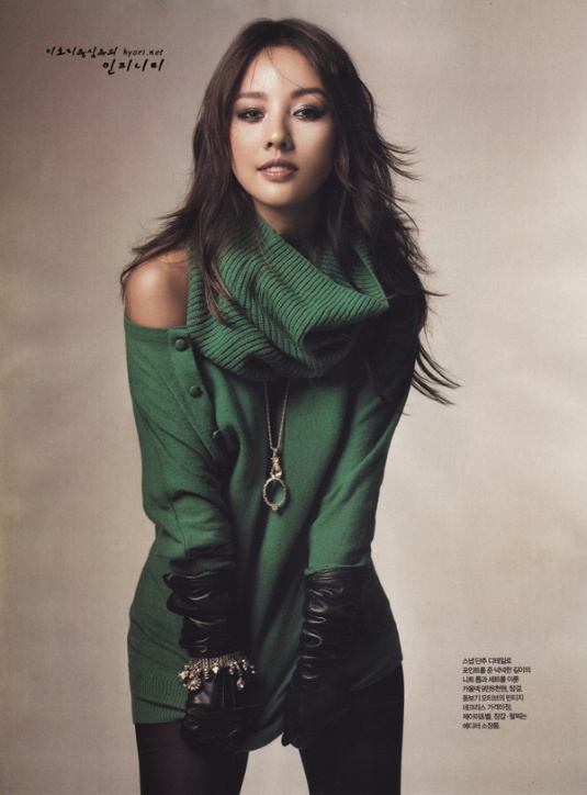 Lee Hyori looks gorgeous and I love the shoulder less green sweater!
