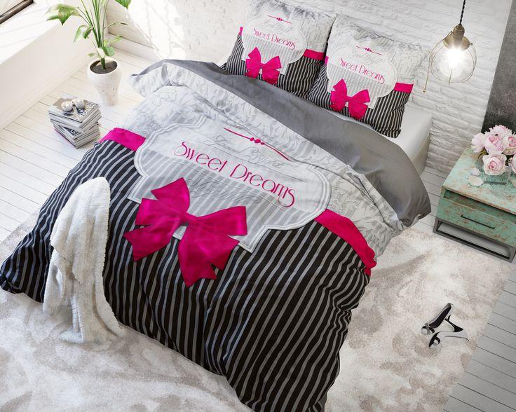 Het dekbedovertrek 'Sweet Dreams' van Sleeptime Pure Cotton is modern en tijdloos en past in bijna elke slaapkamer thuis. Het dekbedovertrek is voorzien van een verticaal gestreept patroon. Op de onderste helft van het overtrek is dat in antraciet en grijs afgedrukt, op de bovenste helft van het overtrek in lichtgrijs en wit.
