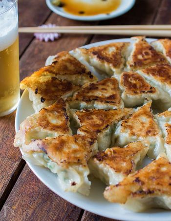 「ひだ」不要で時短で作れる、れんこんと大葉のつくね風三角餃子。鶏ひき肉&大葉入りで和の味わい。サクサクとしたれんこんの食感も楽しめます。ポン酢をつけてサッパリ。おつまみにも良いですね。