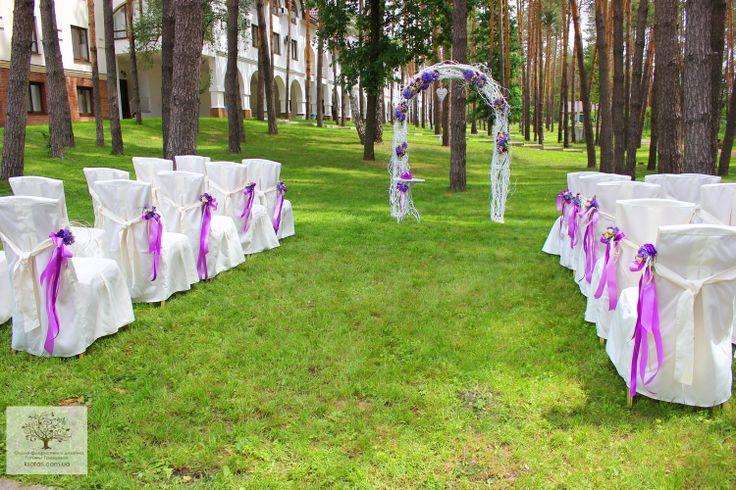 Фиолетовая свадьба.Выездная церемония.Арка с выбеленными ветками.